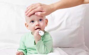 мама проверяет температуру у ребёнка
