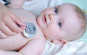 ребёнок на осмотре у педиатра