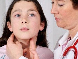 врач осматривает слюнные желёзы у девочки