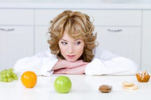 женщина выбирает фрукты