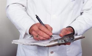 врач пишет назначение