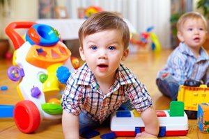 ребёнок играет в детском саду