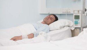 человек лежит в больнице