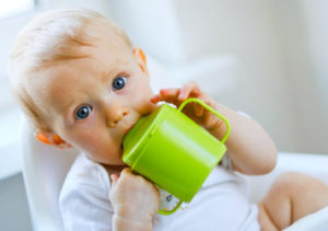ребёнок пьёт воду