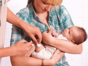трёхмесячном ребёнку делают прививку