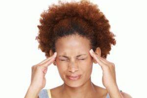 у девушки сильно болит голова