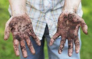 мальчик показывает грязные руки