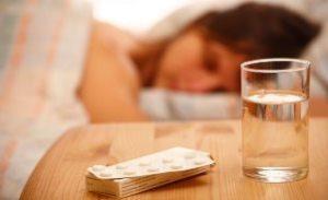 девушка спит и рядом лежит снотворное