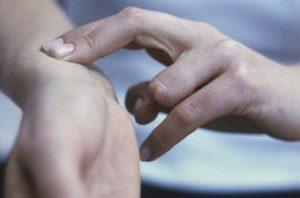 человек считает пульс, положив 2 пальца на запястье