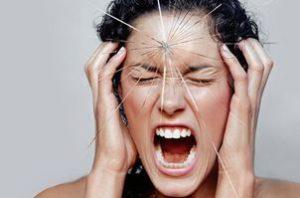 женщина держится за голову и кричит