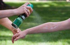 обработка открытых участков кожи репеллентами от укусов комаров