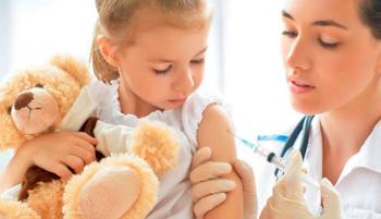 медсестра делает прививку ребёнку